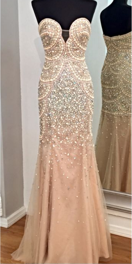 A ball gown full of pearls and pearls, evening dress.
